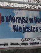 """""""Nie zabijam, nie kradnę, nie wierzę"""", nie niszczę billboardów."""